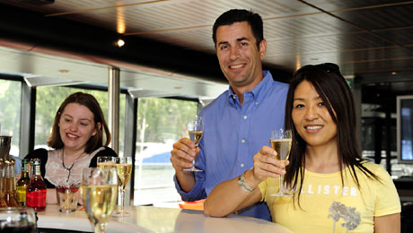 Boat trip during 1 hour with a glass of champagne (1 soft drink for children)